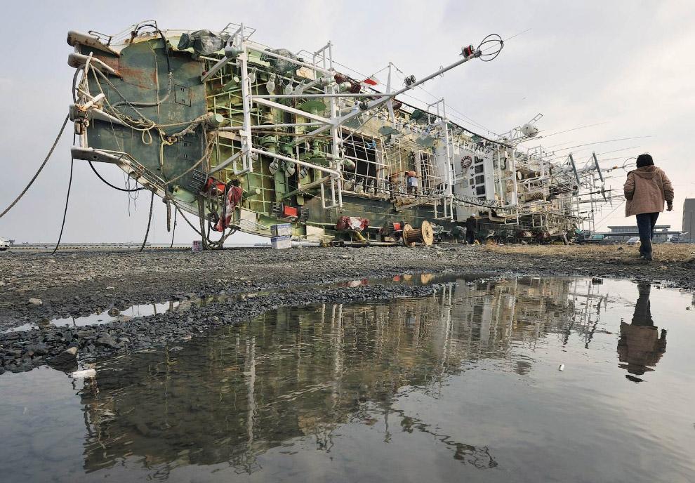 Рыбацкий корабль выбросило на берег