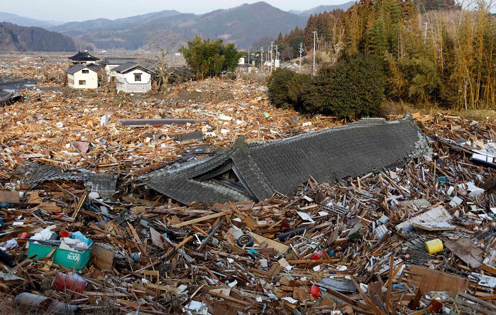 Чья-то крыша среди обломков города Рикузентакате, префектура Иватэ