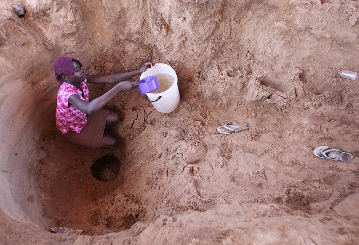 Вот так набирают воду из колодца в Зимбабве
