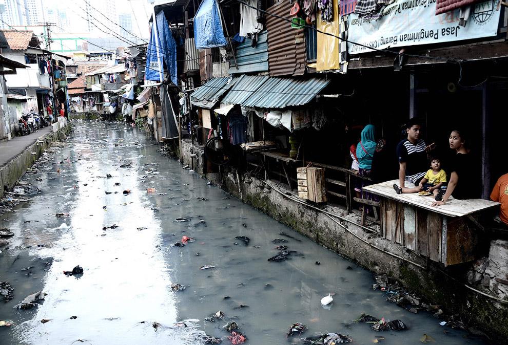 В районе трущоб в столице Индонезии Джакарте проходит вот такой канал с водой