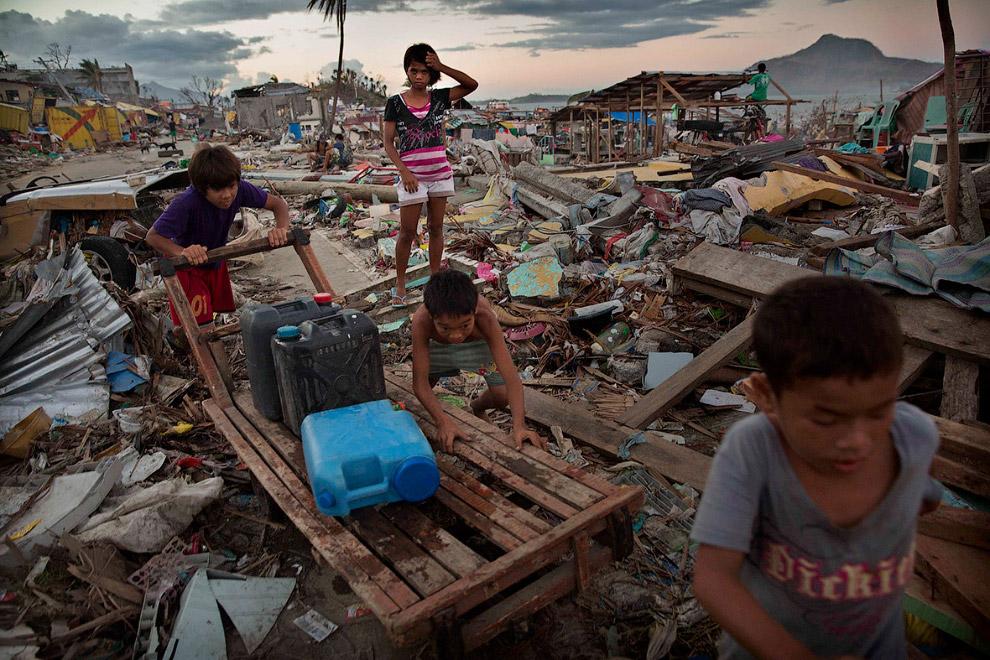 Поездка за водой в Таклобане, Филиппины