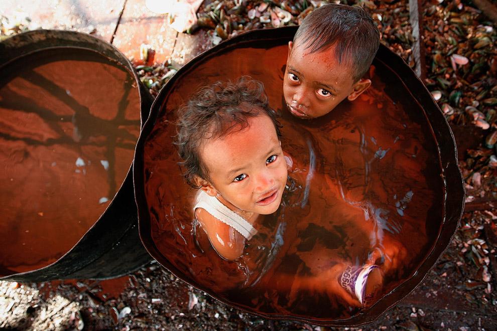 Ванна в трущобах в Джакарте, Индонезия