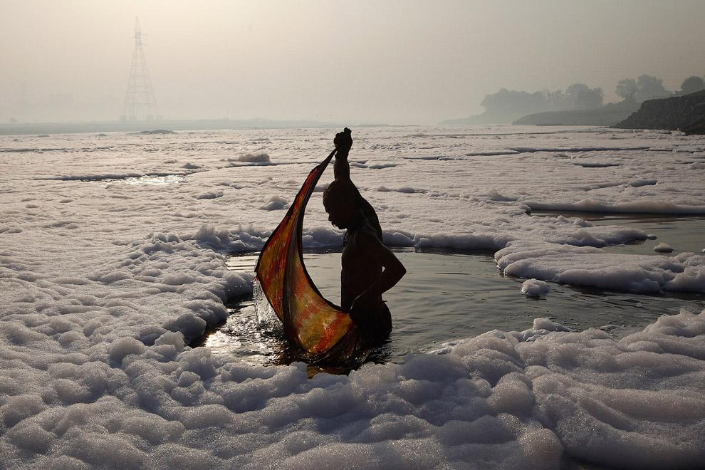 Стирка в реке Ямуна в Нью-Дели. Нет, это не снег, это пена от загрязнения.
