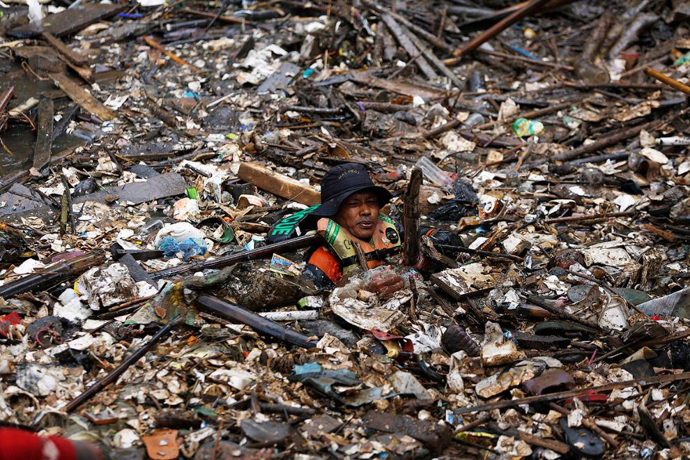 Никогда не сдавайся. Волонтер очищает реку от мусора в Джакарте
