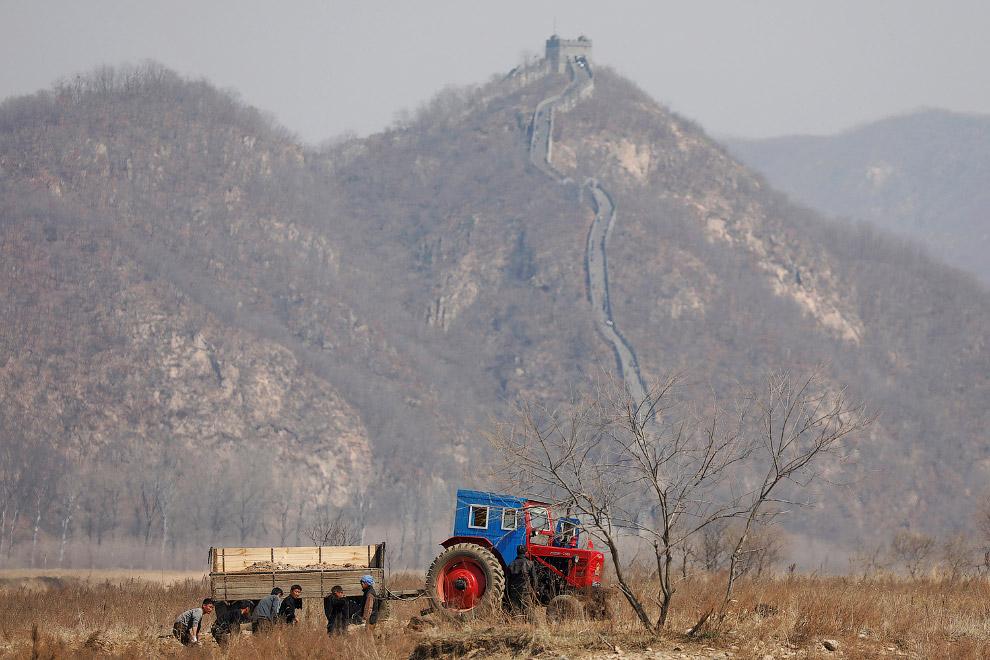 Северокорейские фермеры работают в поле на границе