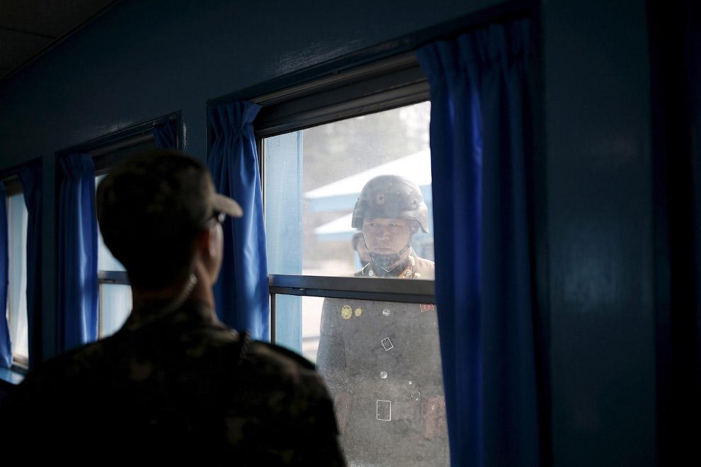 Северный (правый) и южнокорейские солдаты