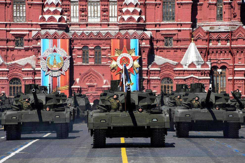 Российские танки Т-14 с необитаемой башней на базе универсальной гусеничной платформы «Армата»