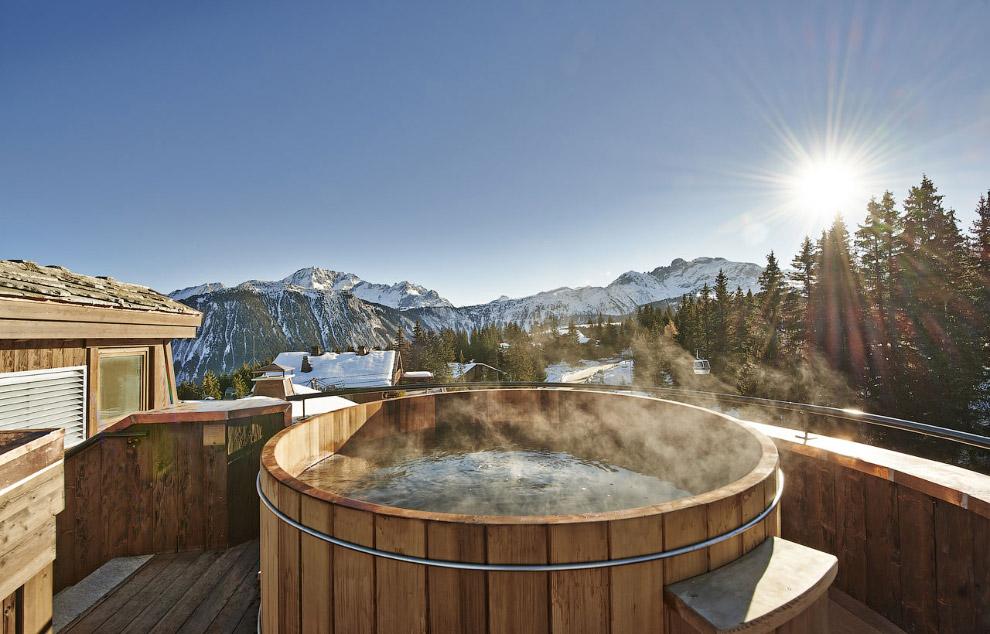 Горячая ванна в деревянной кадке в Альпах