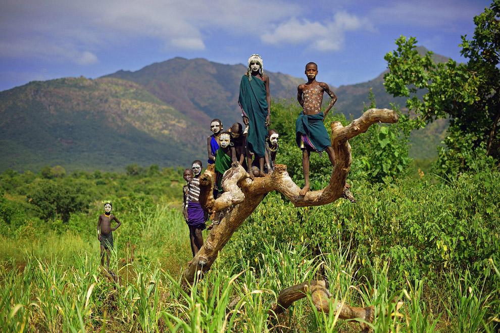 Дети из племени Сури в южной части долины Омо в Эфиопии
