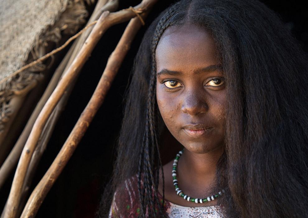 Девушка из племени Афар с плетеными волосами