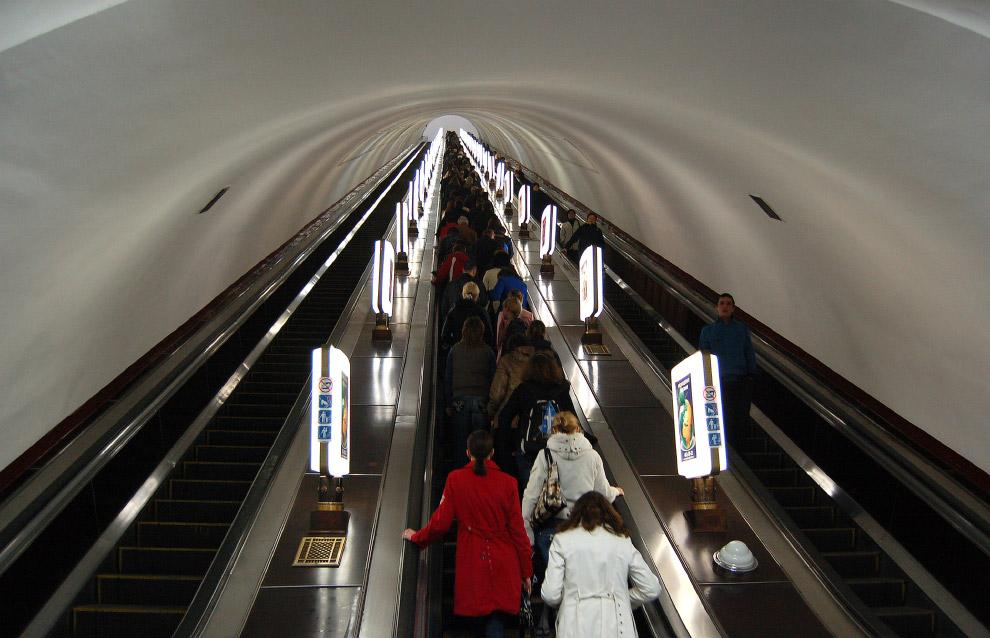 """a profundidade da estação do Metro de Kiev """"Arsenal"""""""