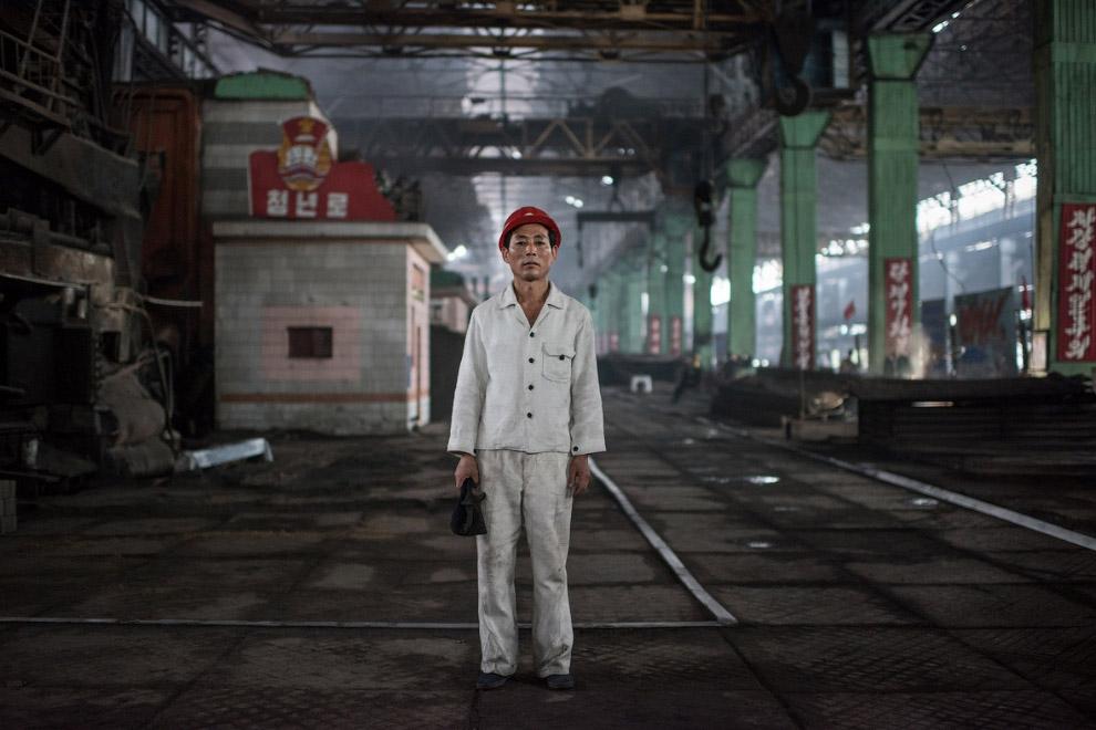 Рабочий сталелитейного завода в белой одежде