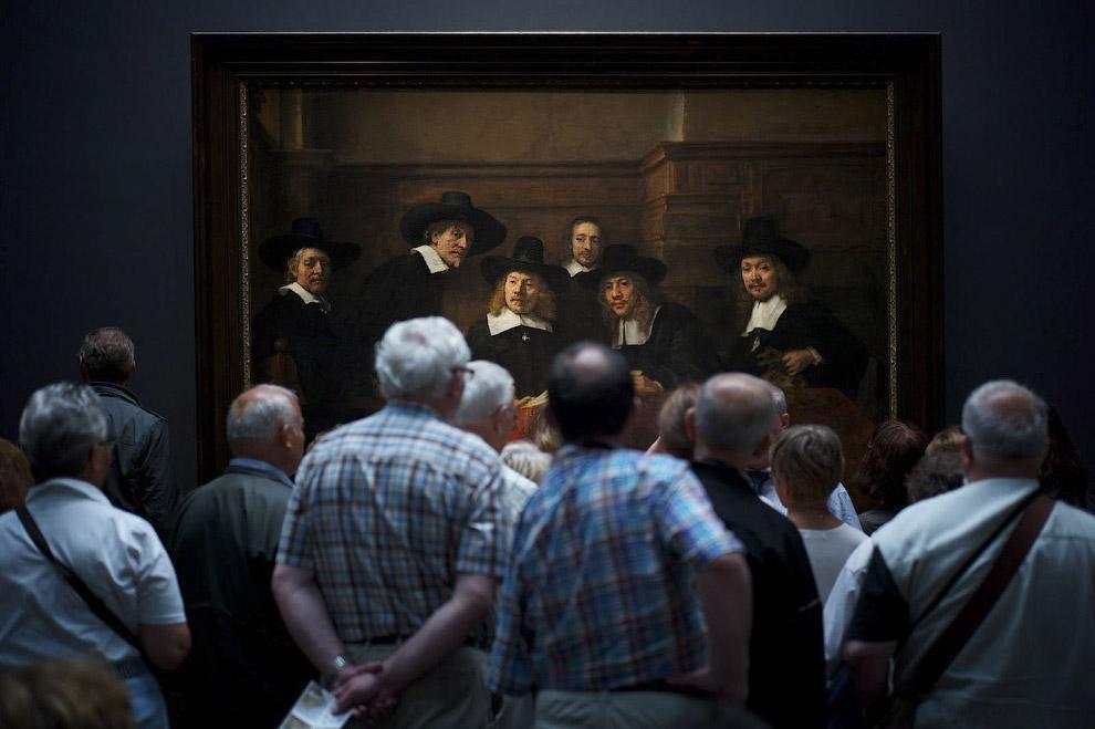 Посетители музея рассматривают картину Рембрандта