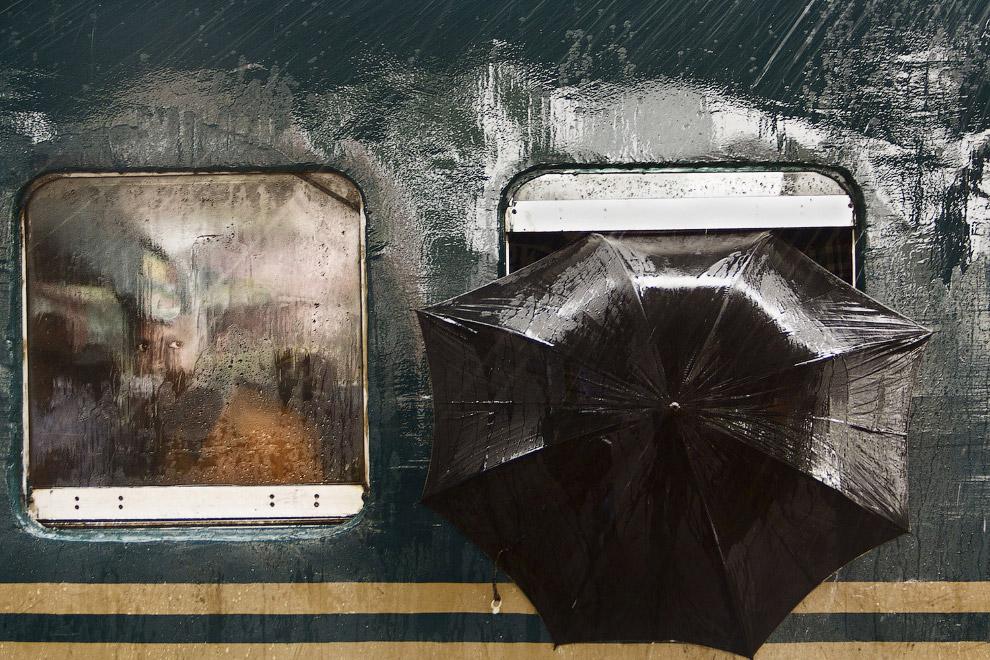Поезд в Бангладеше в дождливую погоду