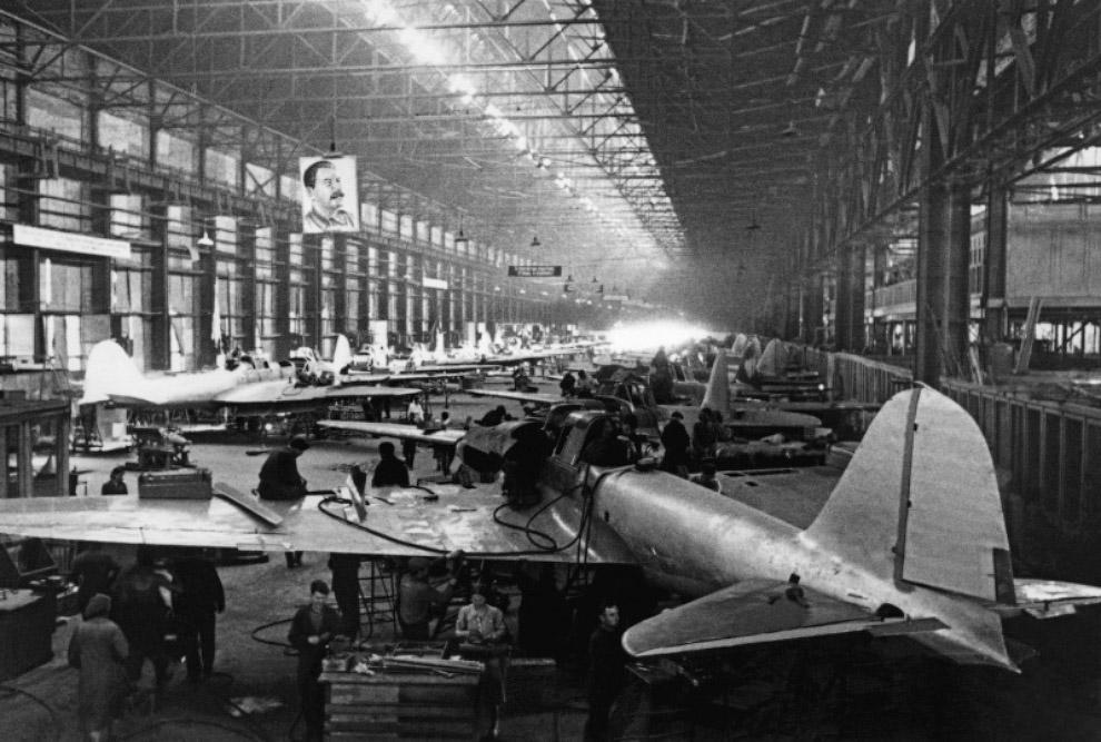 Производство штурмовиков Ил-2 в цехах авиационного завода № 18 имени К.Е. Ворошилова в Куйбышеве (Самара).