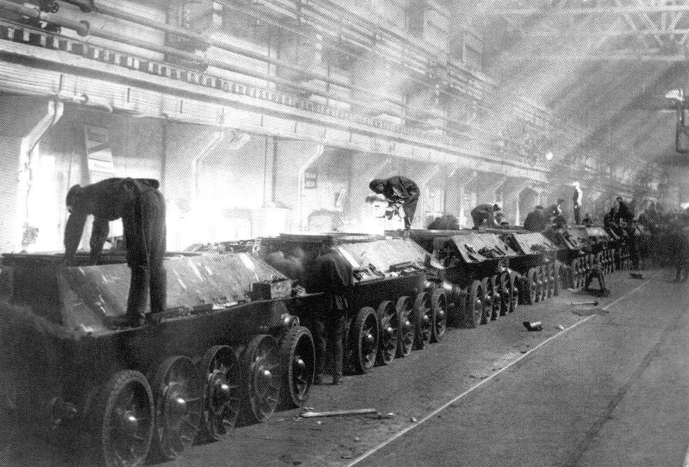Конвейер сборки танков на Уральском танковом заводе №183 в Нижнем Тагиле.