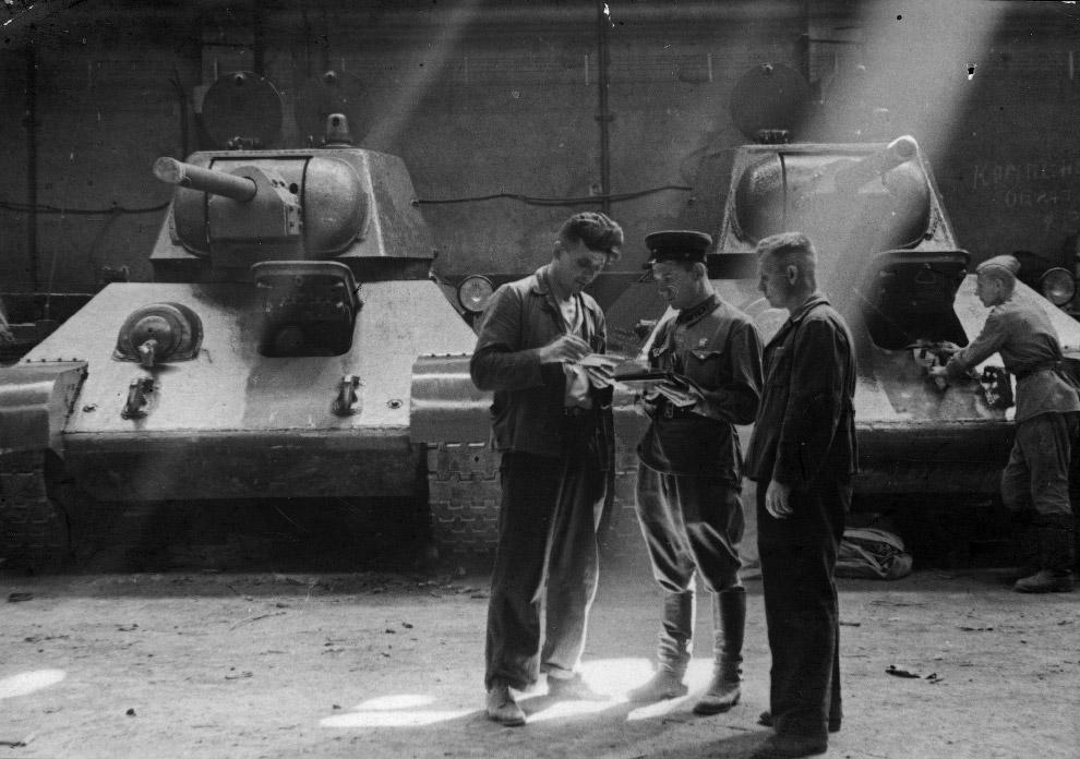 Приемка танков Т-34, сошедших с конвейера завода № 183 в Нижнем Тагиле, СССР