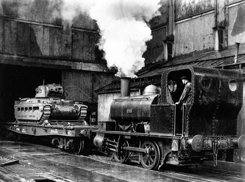 Британский танк отправляется поездом от завода Мидлендс на Восточный фронт, чтобы помочь Советскому Союзу. Октябрь 1941г.