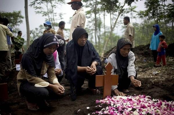 Женщины молятся за жертв извержения вулкана Мерапи