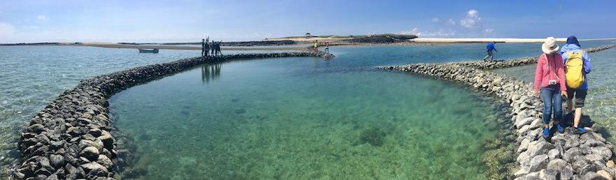澎湖(ポンフー)の離島「吉貝嶼」にあるハート型の石滬の上を歩く