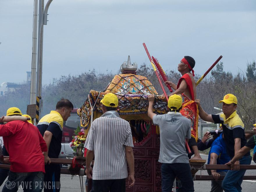 この5人の乩童はお寺を出発する時には他の神様が中に入っていたのですが、王爺を迎える時には中身が入れ替わったそうです。