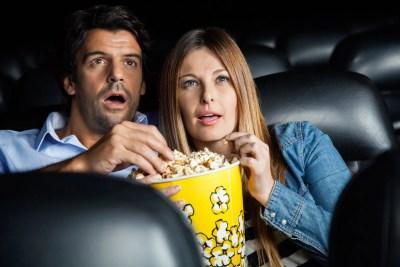 映画デートをするカップル