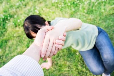 女性をサポートする男性の手