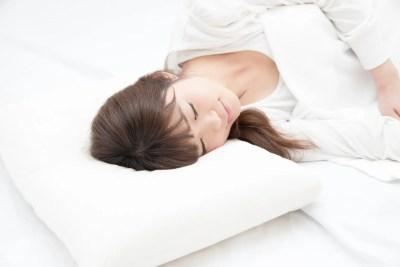 睡眠 寝る女性