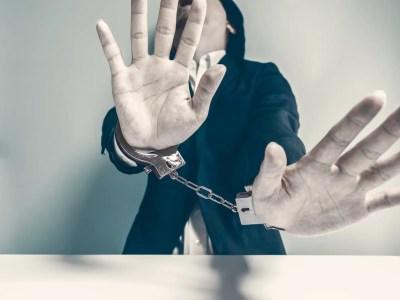 束縛イメージ:手錠をかけられた男性