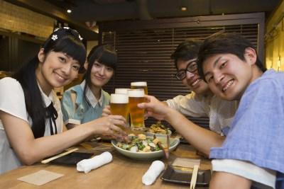 飲み会を楽しむ若者たち