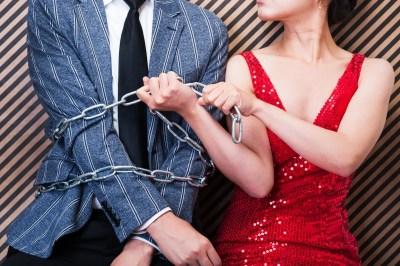 浮気する男を束縛する女性