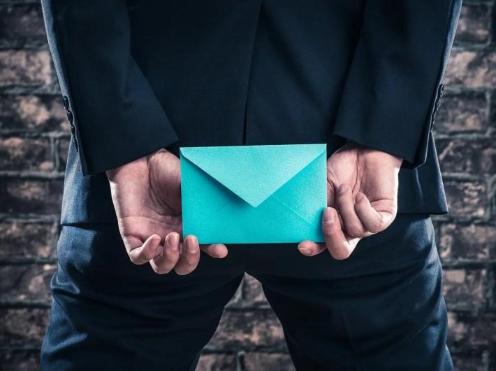 男性 メールを好きな人に送るイメージ