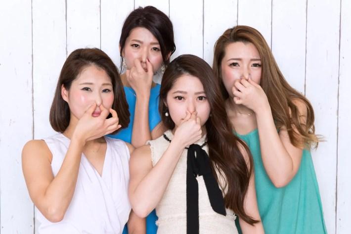 匂いをチェックする女性たち