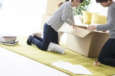 引っ越しの荷物を搬入する様子