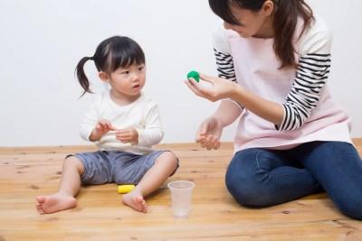 幼児と遊ぶ保育士