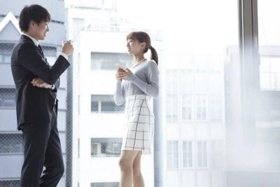 職場で女性と話す男