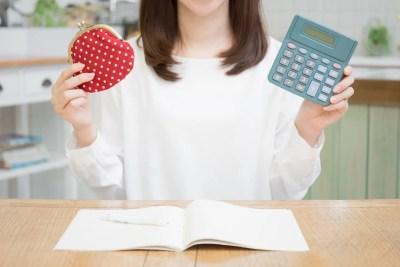 お金が浮くイメージ 電卓と財布を持つ女