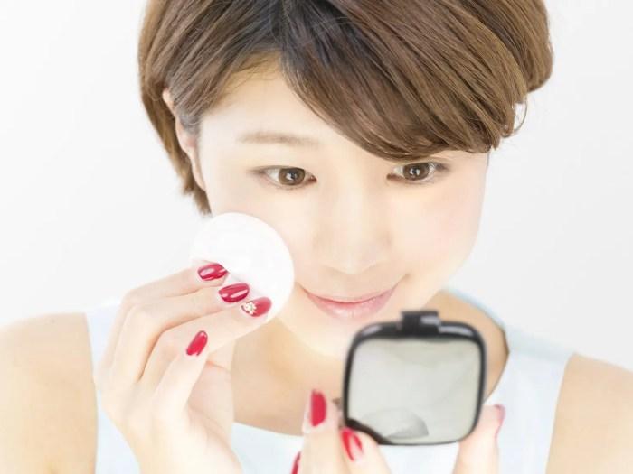 女優鏡を使う女性