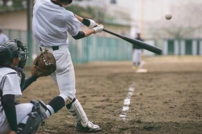 高校球児 野球をする男性