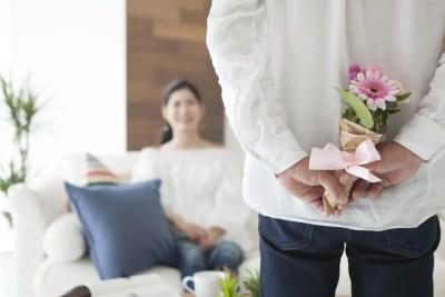 記念日を祝う夫婦