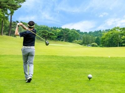 一人でゴルフを楽しむ男性