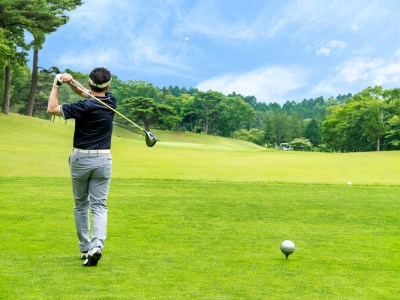 ゴルフを楽しむ男性