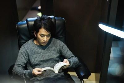 漫画を読む男性