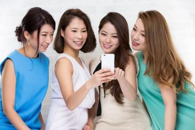スマートフォンを見る女子