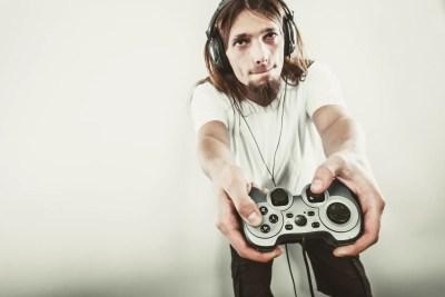 テレビゲームをする男性