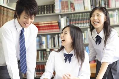 女子を笑わせる高校生の男子