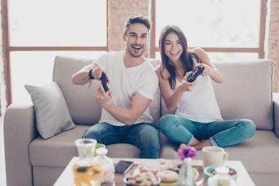 対戦ゲームをするカップル