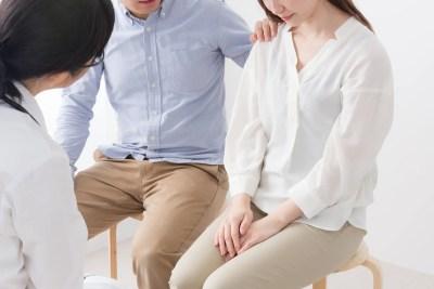 妻を励ます男性と医師