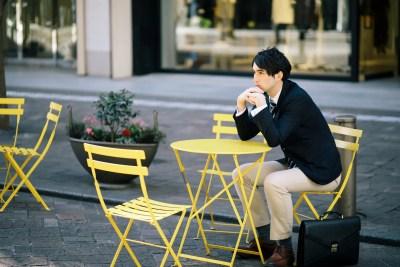 女性を職場前で待ち伏せする男性