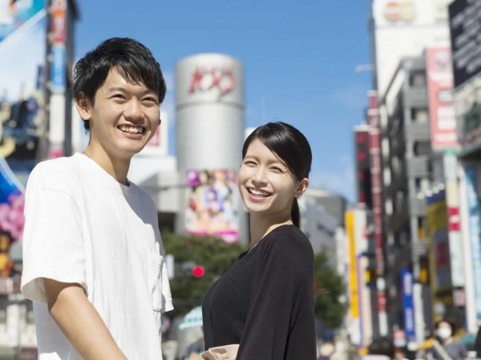 カップル男女 渋谷スクランブル交差点